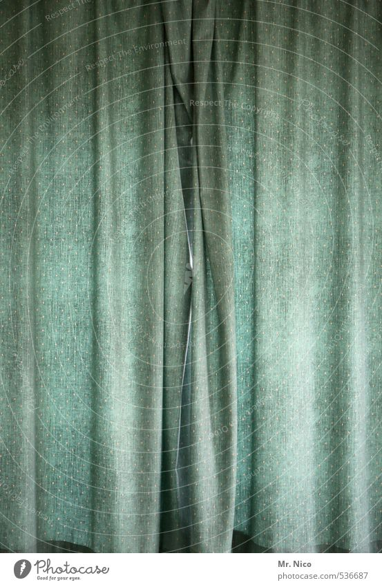 Tristesse obscure ruhig Fenster Innenarchitektur Wohnung Häusliches Leben Lifestyle trist geschlossen beobachten Schutz Stoff geheimnisvoll Falte hängen Vorhang