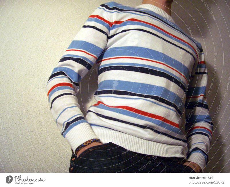 against the wall weiß blau rot warten Hoffnung trist Streifen Wunsch Langeweile Pullover hell-blau Vor hellem Hintergrund