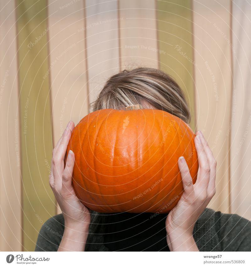 Kürbiskopf Mensch Frau Jugendliche Hand Junge Frau Freude 18-30 Jahre Erwachsene feminin lustig Haare & Frisuren Kopf blond Gemüse skurril Halloween
