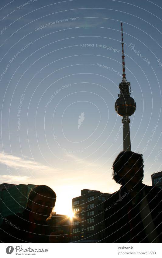 Berlin.Fernsehturm Stil Sonne Mensch Fernsehen Turm Kugel blau Alexanderplatz Sonnenuntergang Sender Berliner Fernsehturm Radio Gegenlicht Farbfoto