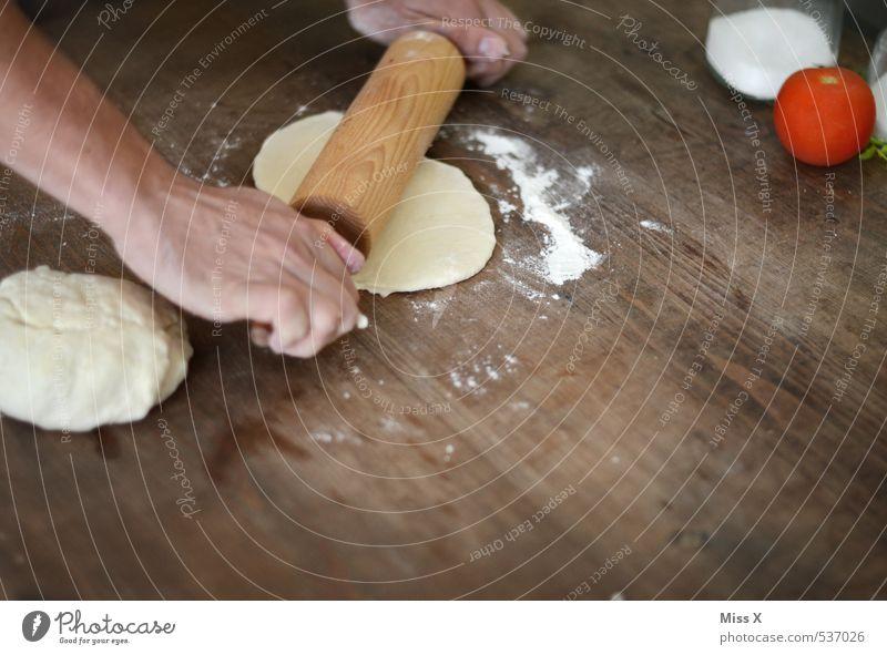 Pizzateig Lebensmittel Gemüse Teigwaren Backwaren Brot Ernährung Hand lecker Nudelholz ausrollen Tomate Italienische Küche Farbfoto Innenaufnahme