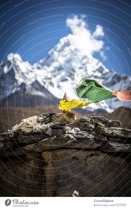 Glaube Natur Schnee Berge u. Gebirge Gipfel Schneebedeckte Gipfel Zeichen Fahne authentisch Originalität blau gelb grün rot Lebensfreude Kraft Mut Leidenschaft