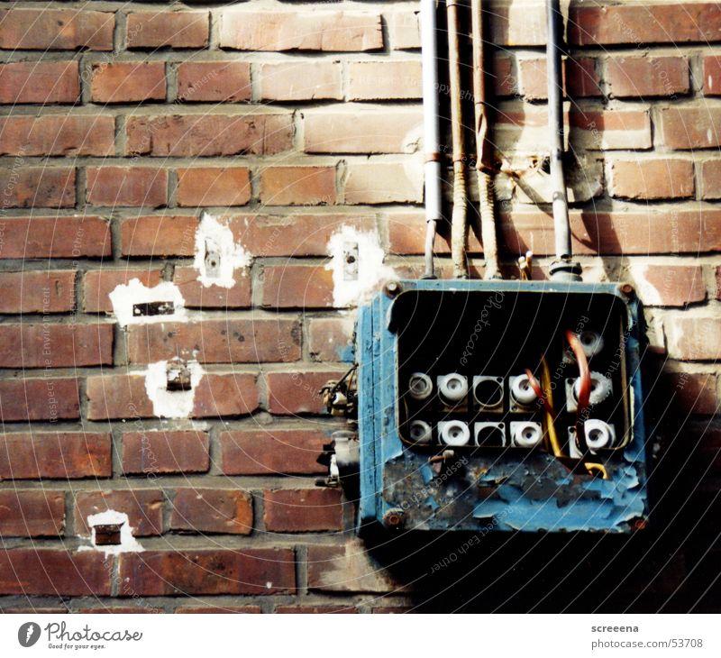 Resist alt blau Haus Kabel kaputt Backstein Absicherung