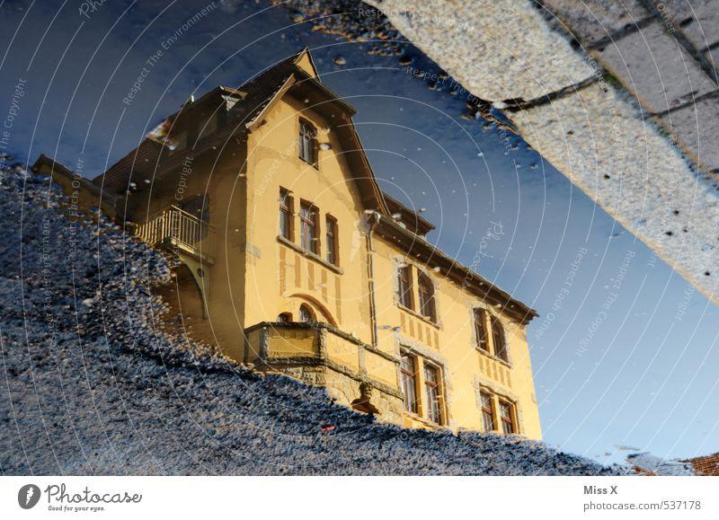Villa Wasser Regen Haus Traumhaus Fassade Balkon Straße Wege & Pfade nass Häusliches Leben Schlagloch Straßenbelag Pfütze Reflexion & Spiegelung