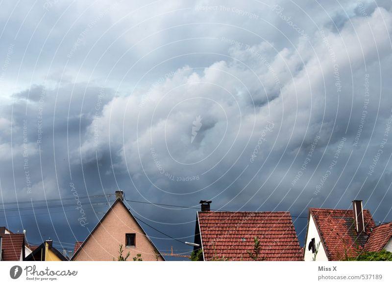 ein Gewitter zieht auf Häusliches Leben Wohnung Haus Wolken Gewitterwolken Wetter schlechtes Wetter Unwetter Wind Sturm Regen Stadt Dach bedrohlich dunkel