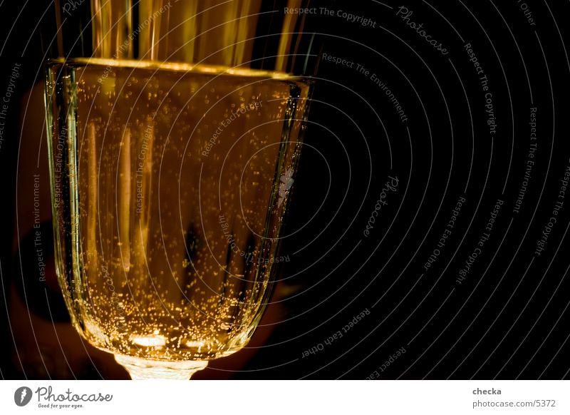 wasserglas Sekt Alkohol Wasser Glas Haarwaschmittel stoßen Detailaufnahme