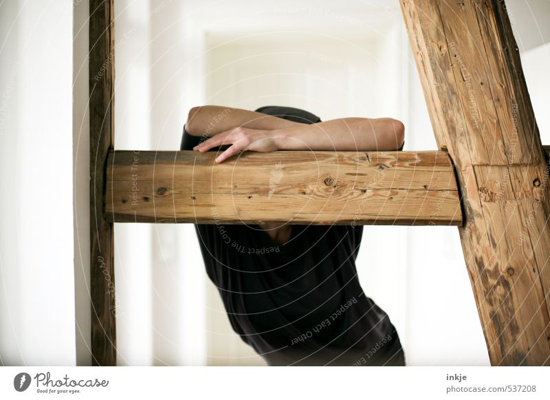 |----\ Lifestyle Stil Häusliches Leben Wohnung Raum Wohnzimmer Balken Fachwerkfassade Fachwerkhaus Arbeitslosigkeit Ruhestand Feierabend Frau Erwachsene Arme