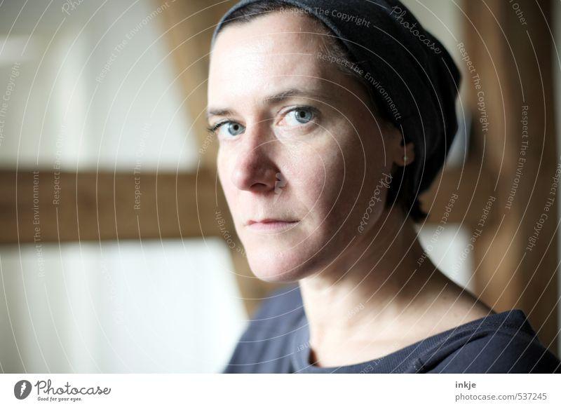 . Lifestyle Stil Häusliches Leben Raum Dachgebälk Fachwerkhaus Fachwerkfassade Frau Erwachsene Gesicht 1 Mensch 30-45 Jahre Balken Mütze Kopftuch Denken