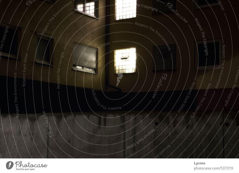 Lichtblick Dorf Kleinstadt Stadt Stadtrand Menschenleer Haus Gebäude Mauer Wand Fassade dunkel einfach gruselig hell kalt Traurigkeit Einsamkeit Armut