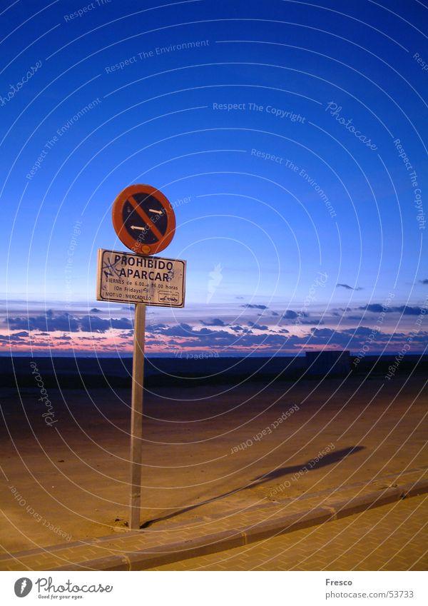Parken verboten parken Parkschild Verbote Wolken Strand Sonnenuntergang Dämmerung Spanien Küste abschleppen Himmel Sand