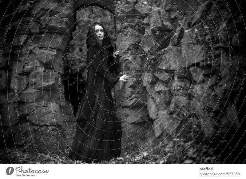 Dark Romantic II elegant Stil feminin Junge Frau Jugendliche 1 Mensch Jugendkultur Subkultur Herbst Moos Efeu Park Felsen Friedhof Bauwerk Mauer Wand Bekleidung