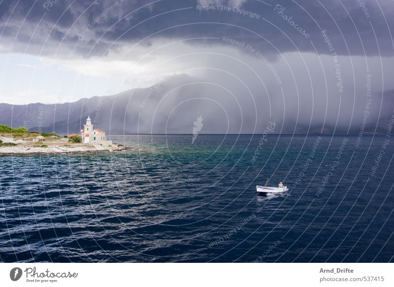 Das kann doch einen Seemann nicht erschüttern... Mensch Himmel Natur Mann Wasser Sommer Meer Landschaft Wolken Erwachsene Berge u. Gebirge Küste Regen Wetter maskulin Wellen