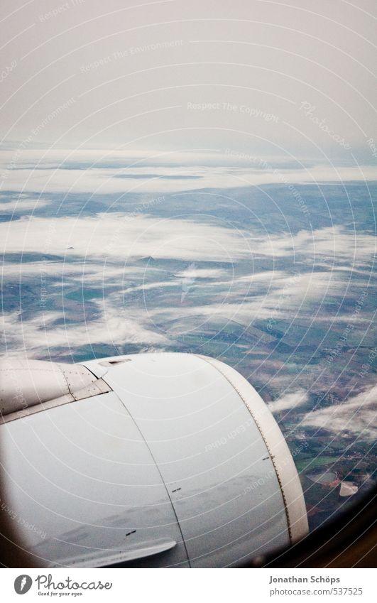 eher Trüb Luft Erde Himmel Horizont Herbst Wetter schlechtes Wetter Nebel Regen trist Flugzeug Luftverkehr fliegen fliegend Triebwerke Wolken Wolkendecke