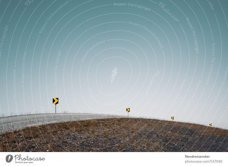Anbremsen....leichte Drift....Vollgas Straße Wege & Pfade Verkehr Schönes Wetter Sicherheit Schutz Zeichen fahren Risiko Pfeil Wolkenloser Himmel Eile Richtung aufwärts Dynamik Kurve