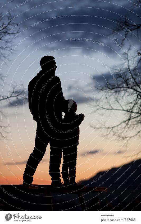 Vater und Sohn Mensch Kind Himmel Ferien & Urlaub & Reisen Mann blau Baum Erholung Landschaft Ferne Erwachsene Berge u. Gebirge Junge Freiheit klein