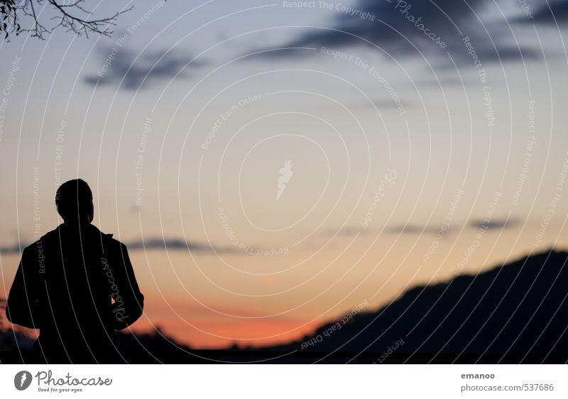 Die Freude des Abends Mensch Himmel Ferien & Urlaub & Reisen Mann blau Erholung ruhig Wolken Ferne dunkel Erwachsene kalt Berge u. Gebirge Leben Freiheit Stil