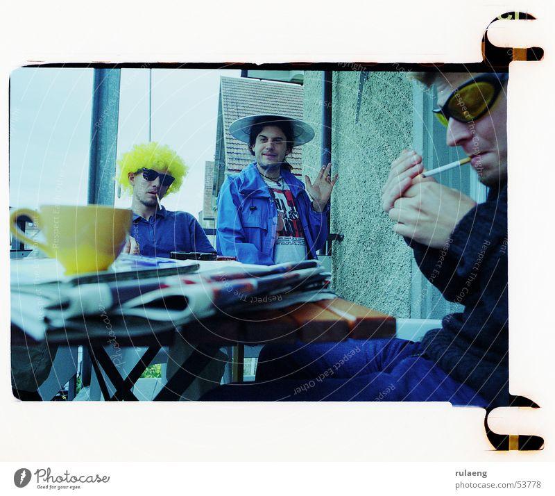 tres amigos Freundschaft Rauchen Karneval Menschengruppe Balkon Sonnenbrille Perücke 3 Menschen