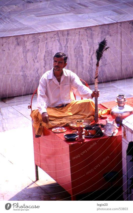 Der Rote Tempel von Varanasi rot Indien
