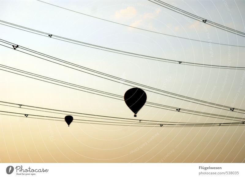 Zwischen den Zeilen schweben Himmel Wolken Paar fliegen Zusammensein Fliege Luftverkehr Perspektive Schweben Abheben Liebespaar Ballone Strommast