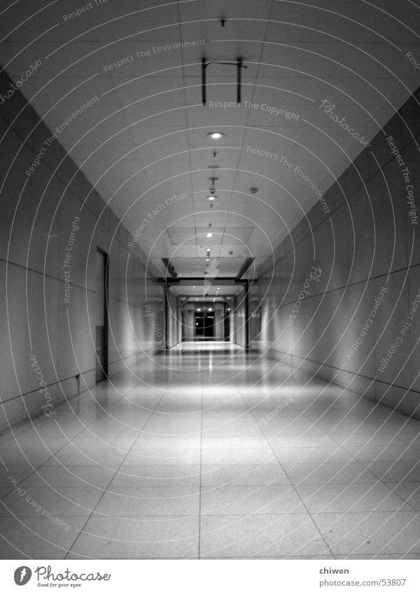 16 mile Durchgang Tunnel Parkhaus Nacht Leipzig eng eingeengt beklemmend Richtung Zukunft leer Einsamkeit resignieren Ewigkeit Zeit dunkel Unendlichkeit