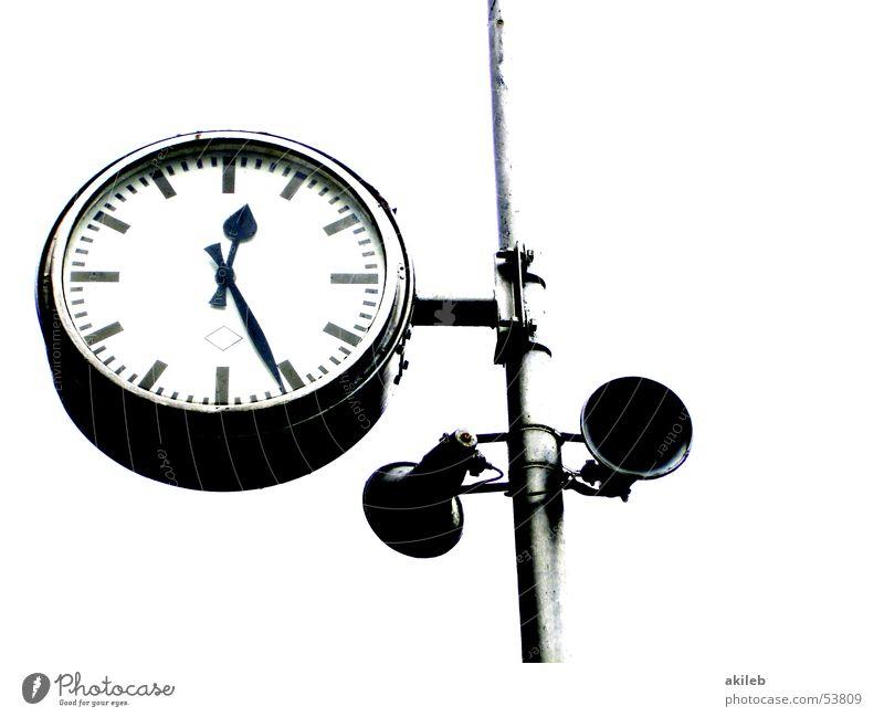 Bahnhofsuhr Zeit Eisenbahn Ankunft Mittagspause Uhr Zifferblatt Lautsprecher Freisteller Zeitgefühl Außenaufnahme Uhrenzeiger Ferien & Urlaub & Reisen