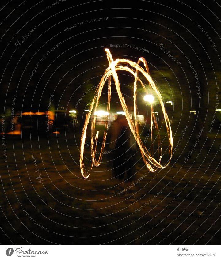 Der Feuerkreis schwarz gelb dunkel Bewegung Lampe hell Brand gefährlich bedrohlich Jahrmarkt Dynamik jonglieren