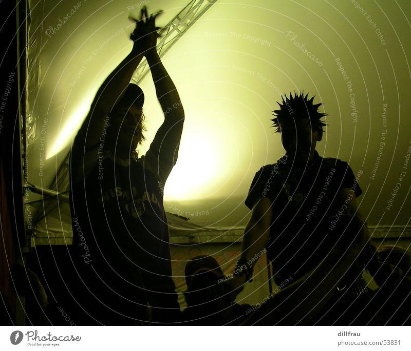 stachelkopf grün Euphorie Applaus Hand Punk Licht schwarz singen Lied Fan Konzert Mensch Freude Haare & Frisuren Schatten Musik ultras stachelig
