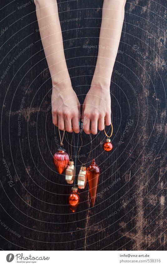 Fingerschmuck Feste & Feiern Weihnachten & Advent feminin Junge Frau Jugendliche Hand 1 Mensch 18-30 Jahre Erwachsene gold rot Tisch Holz hängen Schmuck