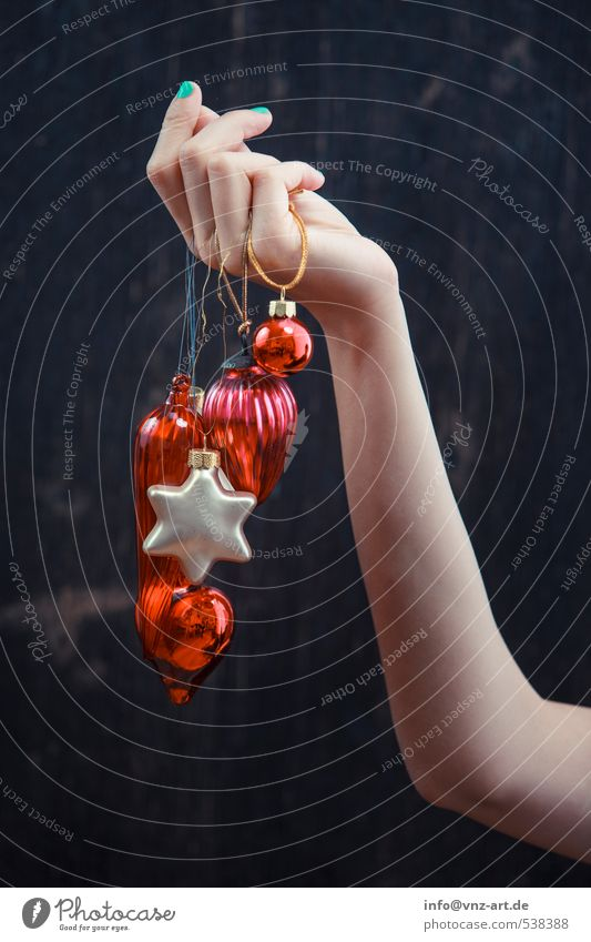 Handschmuck Lifestyle elegant Stil Dekoration & Verzierung Feste & Feiern Weihnachten & Advent Junge Frau Jugendliche 1 Mensch Glas rot Schmuck verziert hängen