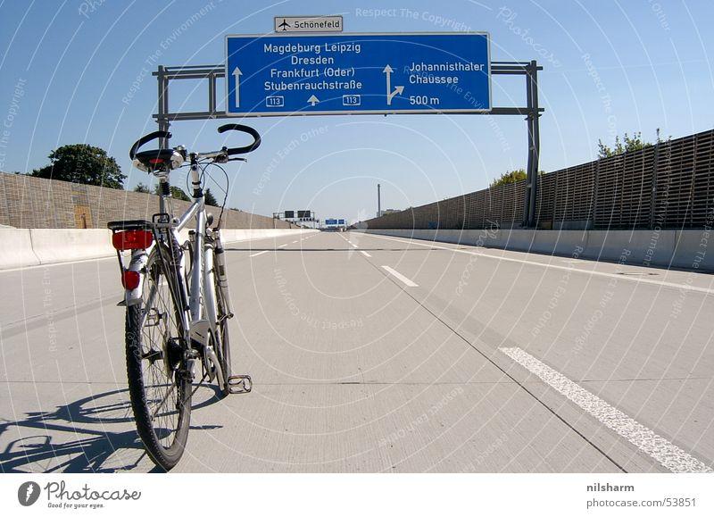 A113   (2) Berlin Fahrrad Schilder & Markierungen Verkehr Autobahn Fahrbahn Fahrbahnmarkierung