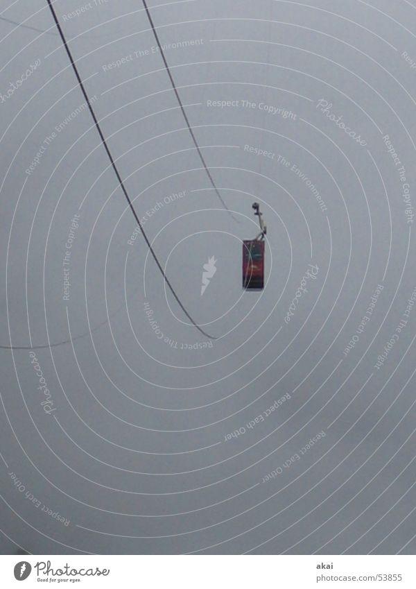 Seilbahnfahrt ins Ungewisse Himmel Angst Nebel gefährlich bedrohlich Schweiz fantastisch gruselig Panik Sorge unheimlich unklar ungewiss schemenhaft spukhaft