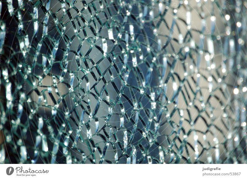 Gesplittertes Sicherheitsglas kaputt Scherbe Mosaik Licht springen durchsichtig verfallen Fensterscheibe Glas Riss gebrochen Schatten blau Netz