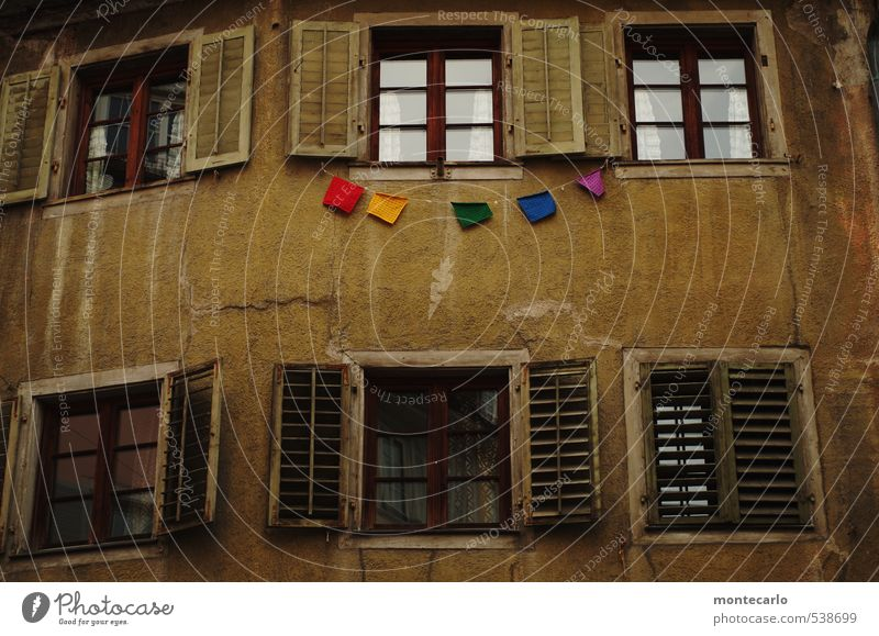 # # # # # alt Stadt Haus dunkel kalt Fenster Wand Mauer Holz Stein Sand natürlich braun Fassade trist Glas