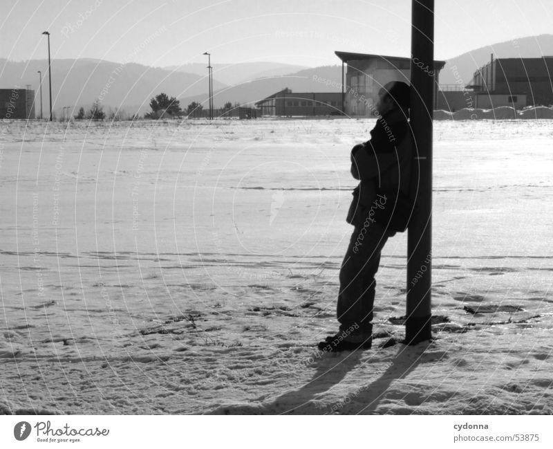 Winterspaziergang Mensch Winter ruhig kalt Schnee Erholung Berge u. Gebirge Landschaft Stimmung Spaziergang Laterne Strommast anlehnen Eindruck Industrielandschaft