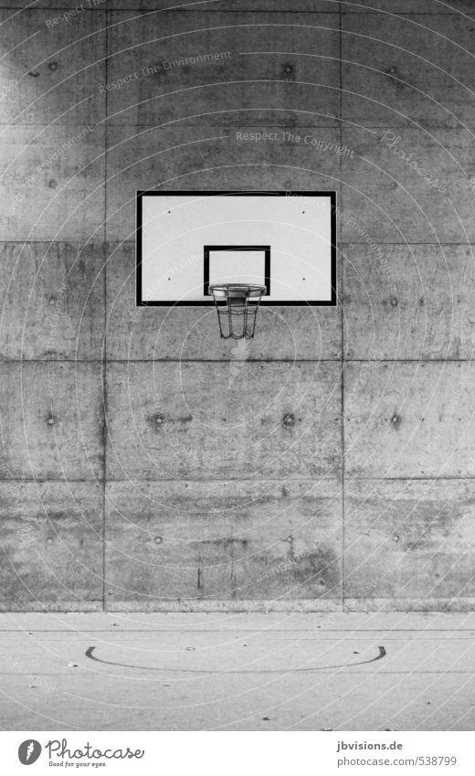 Basketballkorb Freizeit & Hobby Spielen Sport Ballsport sportlich Stadt grau schwarz weiß Schwarzweißfoto Außenaufnahme Menschenleer Textfreiraum oben