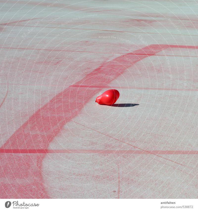 Ein Herz für das Parkdeck ;-) Stadt schön Farbe rot Einsamkeit Freude Straße Leben Architektur Liebe Gebäude grau fliegen Linie Verkehr Fröhlichkeit