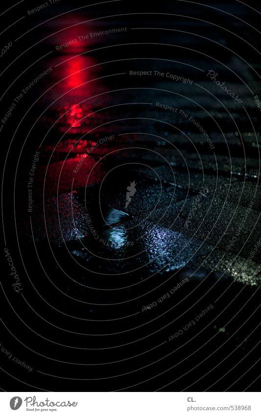 durch die nacht blau Stadt rot dunkel Straße Wege & Pfade Regen Stadtleben Verkehr nass Bodenbelag Regenwasser Verkehrswege Straßenbelag feucht