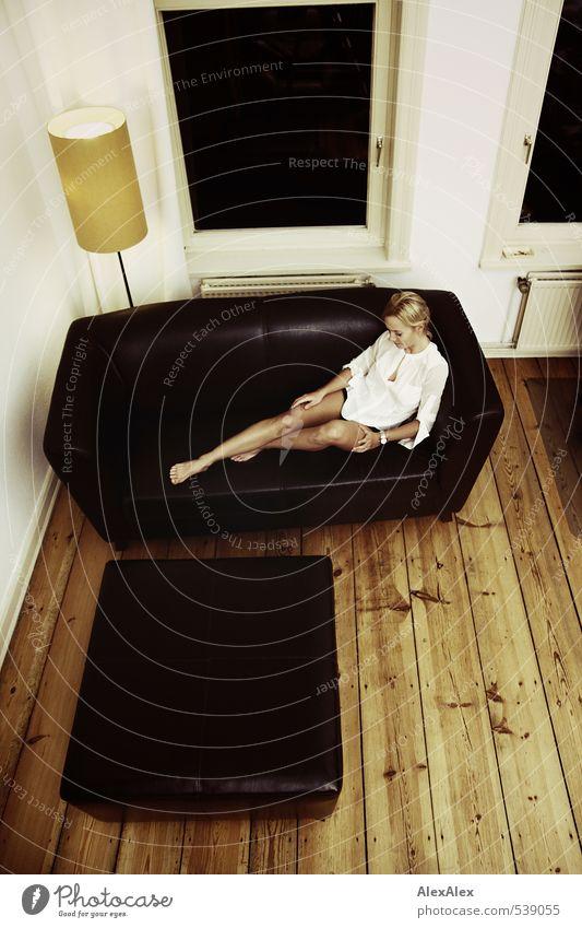 ... und kein Essen auf dem Tisch. Jugendliche schön Junge Frau ruhig 18-30 Jahre Erwachsene Beine Fuß liegen Freizeit & Hobby blond Zufriedenheit