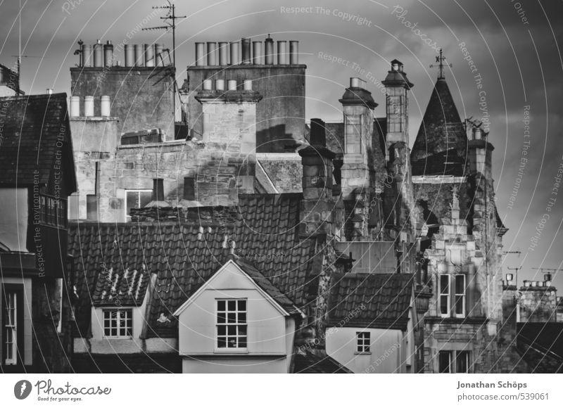 Edinburgh VII Schottland Großbritannien Stadt Altstadt Skyline bevölkert Haus Bauwerk Gebäude Architektur Fassade Dach Schornstein ästhetisch Schwarzweißfoto