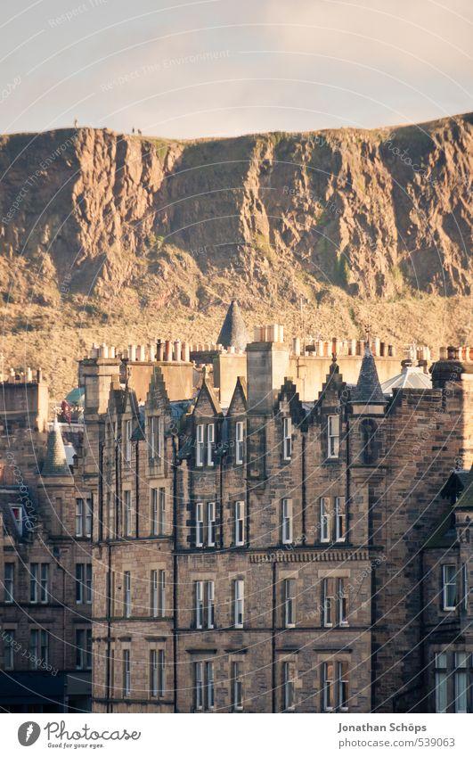 Edinburgh IX alt Stadt Haus Berge u. Gebirge Architektur Gebäude Felsen Dach viele historisch Bauwerk Skyline Hauptstadt Schornstein Altstadt Großbritannien