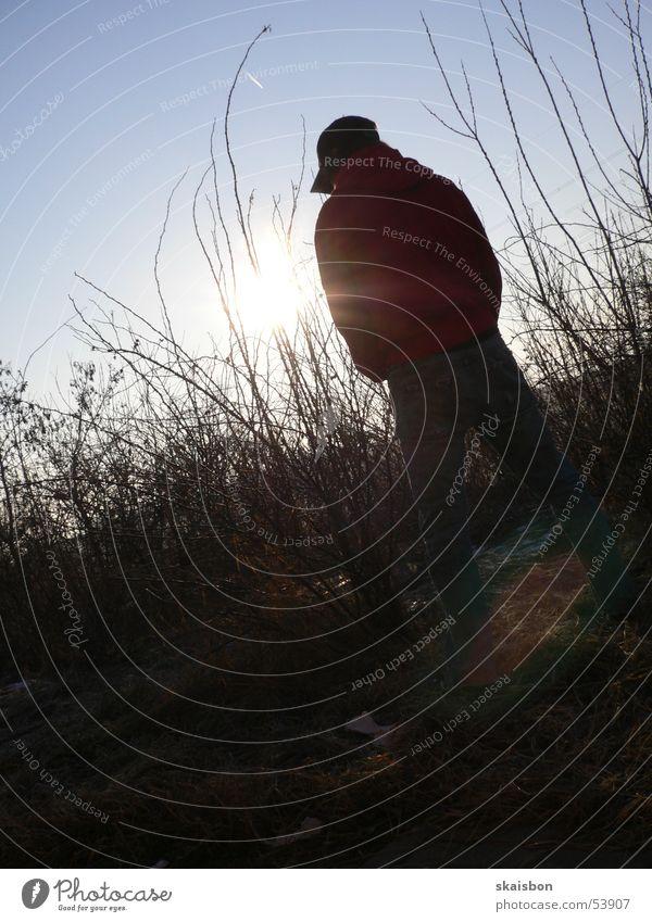 pinkelpause Mensch Mann Jugendliche Himmel Sonne Einsamkeit Erwachsene Umwelt Rücken Pause Sträucher stoppen Toilette Autobahn Halt urinieren