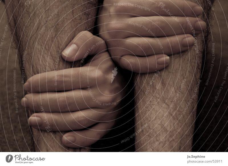 Ausbruchsversuch Mensch Mann Hand Erwachsene Beine Haut Behaarung berühren festhalten Ausbruch zwischen umfassen