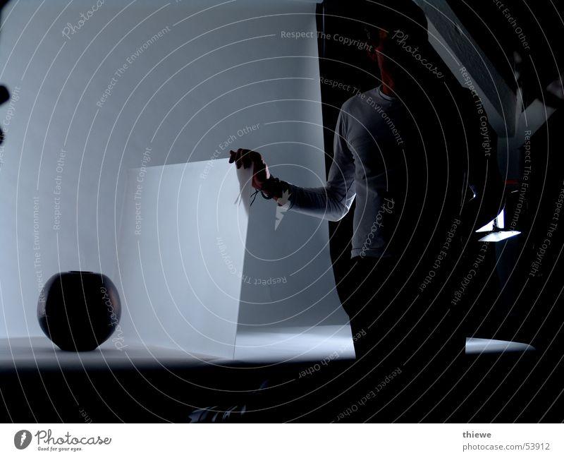 how to photographe (2) Vase weiß schwarz dunkel hell Mann Mensch Fotografieren Beruf Arbeit & Erwerbstätigkeit Kunst Kunsthandwerk Detailaufnahme