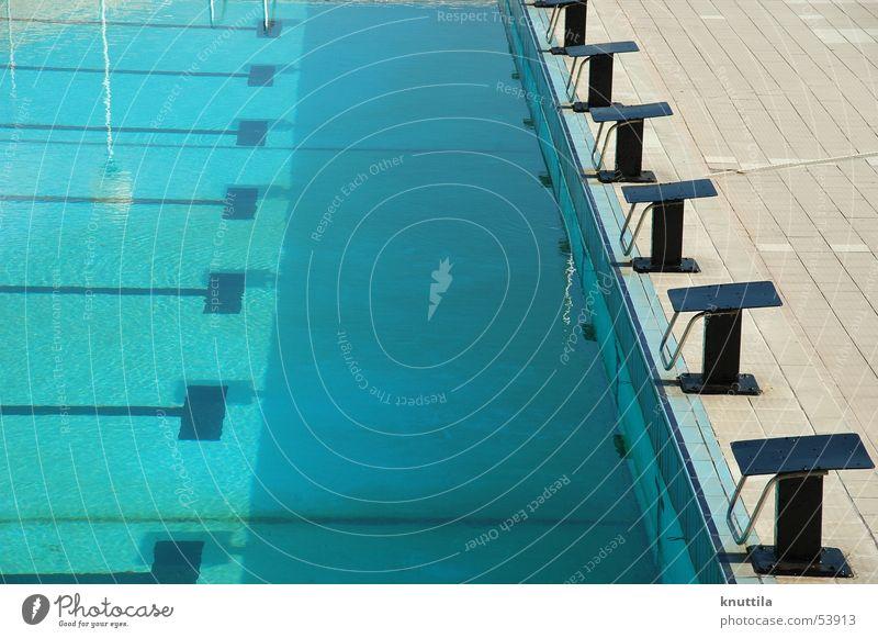 Swimming Pool Schwimmbad Startblock ruhig Glätte Freibad blau Wasser Eisenbahn Erfolg