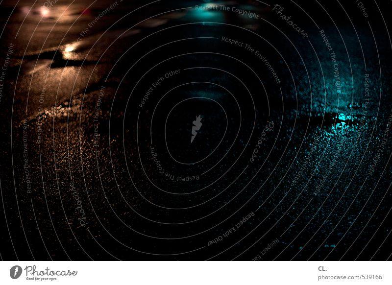 durch die nacht Stadt Menschenleer Verkehr Verkehrswege Straßenverkehr Wege & Pfade dunkel nass Bodenbelag Herbst feucht Regen Pfütze Reflexion & Spiegelung
