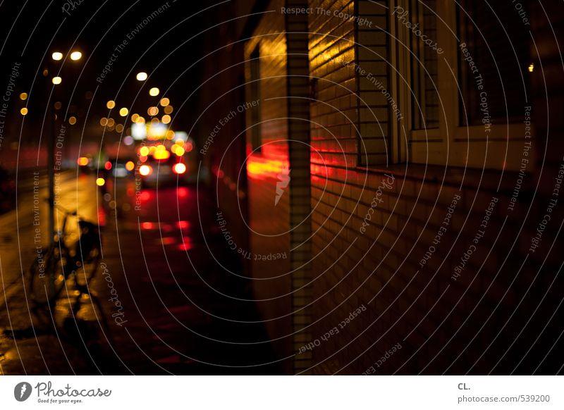 durch die nacht Stadt Haus dunkel Fenster Wand Straße Wege & Pfade Mauer PKW Regen Stadtleben Verkehr Fahrrad nass Fahrradfahren Verkehrswege