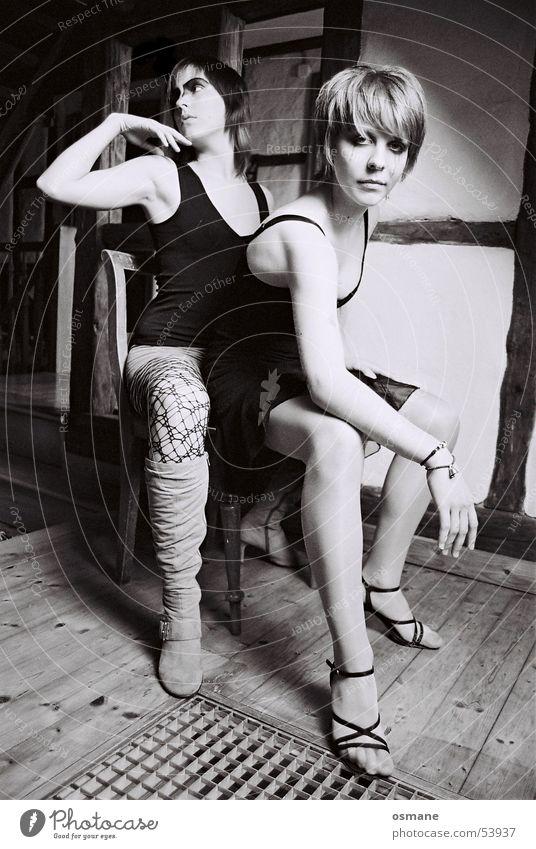sarah und pupsi lasziv schwarz weiß Gitter Fachwerkfassade Frau Parkett Stuhl sitzen