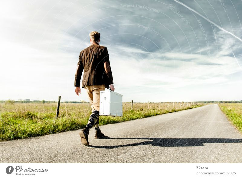 8mm ON TOUR! Himmel Natur Jugendliche Ferien & Urlaub & Reisen Sommer Einsamkeit Landschaft Junger Mann 18-30 Jahre Erwachsene Wiese Bewegung Wege & Pfade Stil gehen Horizont