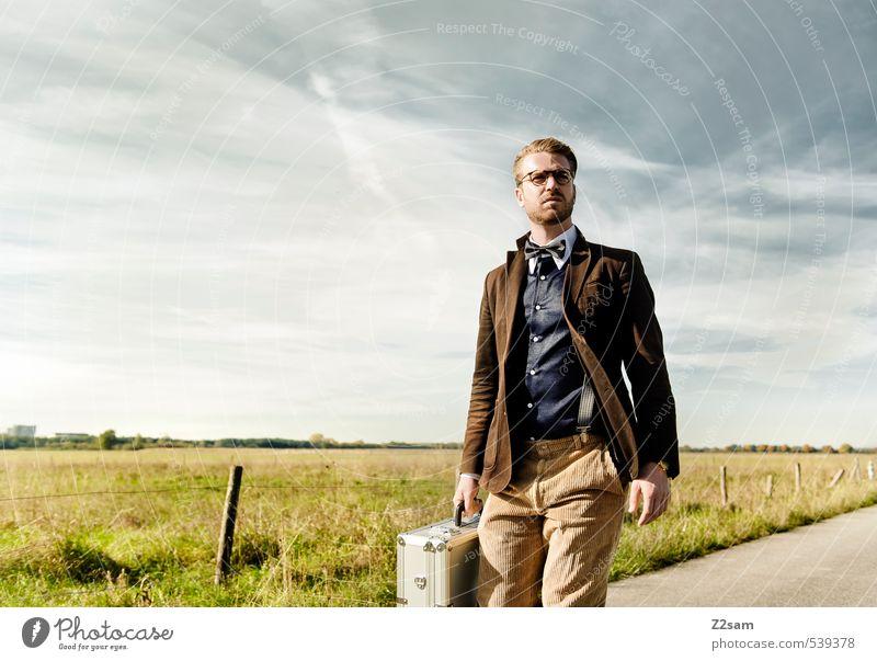 8mm ON TOUR! Lifestyle elegant Stil maskulin Junger Mann Jugendliche 18-30 Jahre Erwachsene Natur Landschaft Herbst Schönes Wetter Wiese Jacke Hemd Fliege