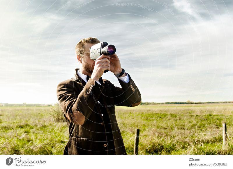 8mm CAMERA ON! Lifestyle elegant Stil Sommer maskulin Junger Mann Jugendliche 30-45 Jahre Erwachsene Natur Landschaft Himmel Wiese Mode Jacke Hemd Fliege Brille